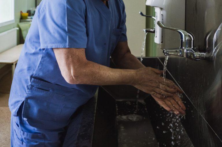 Infecção cruzada e hospitalar: qual a diferença e como evitar